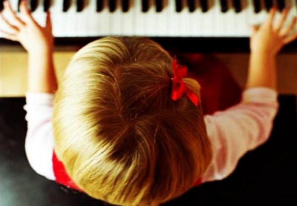 Вечный спор: с какого возраста начинать учить ребенка музыке?